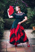 Tapety Poza Sukienka Wachlarz Tańce Dziewczyny zdjęcia zdjęcie