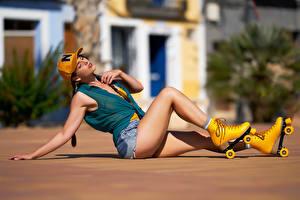 Papel de Parede Desktop Pose Sentados Pernas Patins Short Boné de beisebol Nó de trança Fundo desfocado jovem mulher