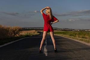 Papel de Parede Desktop Estradas Cabelo loiro Meninas Posando Pernas Victorine mulheres jovens