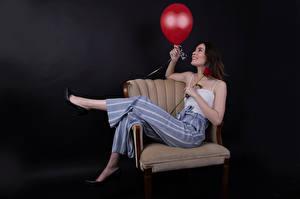 Sfondi desktop Rosa Poltrona In posa Pantaloni Canottiera Palloncino Sorriso Catherine Breton giovani donne