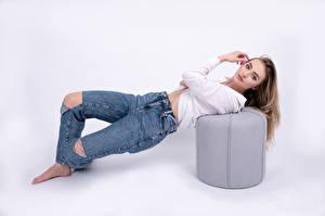 Fonds d'écran Posant Jeans Chemisier Regard fixé Fond blanc Sandrine Galarneau Filles