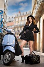 Fotos Motorroller Handtasche Model Pose Bein Der Hut Blick Zoe Mädchens