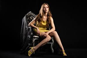 Bilder Silvy Sirius Stuhl Sitzen Sitzend Kleid Bein Blick Mädchens