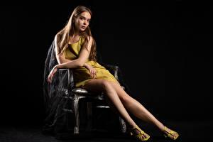 Bilder Silvy Sirius Sitzen Sitzend Kleid Starren Blick Junge Frauen Mädchens