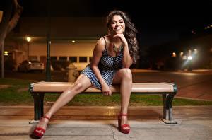 Sfondi desktop Sorriso Vestito Sedute Panchina Le gambe Sguardo giovani donne