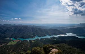 Bureaubladachtergronden Spanje Berg Rivieren Een meer Hemelgewelf Wolken Van bovenaf Embalse de la Baells, Catalonia