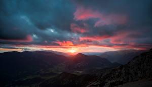 Bakgrundsbilder på skrivbordet Spanien Berg Soluppgångar och solnedgångar Molnen Pedraforca, Catalonia