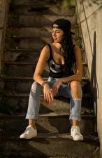 Fonds d'écran Escalier Cheveux noirs Fille Casquette de baseball S'asseyant Main Jambe Jeans Chaussure de sport Filles images