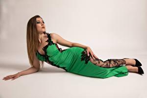 Hintergrundbilder Model Hinlegen Kleid Starren Pose Stefania Mädchens