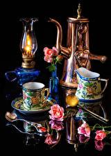 Desktop hintergrundbilder Stillleben Petroleumlampe Rosen Schwarzer Hintergrund Spiegelt Tasse Löffel Blumen