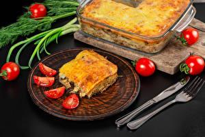 Tapety Pomidory Nóż Drugie dania Talerz Widelec lasagna Jedzenie zdjęcia zdjęcie