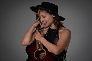 Fonds d'écran Victoria Borodinova Chapeau Sourire Guitare Main Fond gris Filles