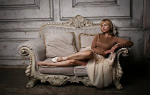 Bilder Victoria Borodinova Sofa Blond Mädchen Pose Bein Blick junge frau