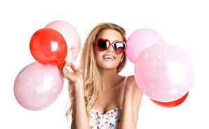 Fonds d'écran Fond blanc Blondeur Fille Lunettes Heureuse Ballon jouet Main Cœur jeunes femmes