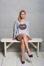 Papel de Parede Desktop Yvonne Woelke Banco (mobiliário) Sentados Pernas Camiseta Ver Celebridade Meninas