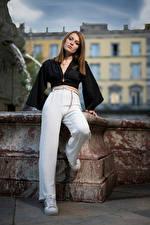 Bakgrundsbilder på skrivbordet Fotomodell Poserar Byxor Blus Blick Zoe Unga_kvinnor