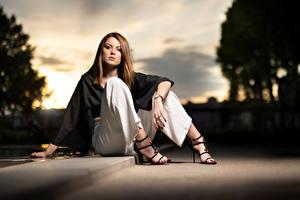 Tapety na pulpit Modelka Siedzą Spodnie Spojrzenie Rozmazane tło Pozować Zoe młode kobiety