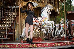 Фотографии Поза Карусель Платье Шляпе Ноги Zoe молодая женщина