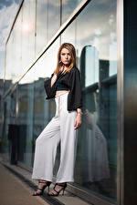 Bilder Pose Byxor Blus Fotomodell Blick Zoe Unga_kvinnor bilder