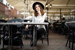 Fotos Sitzt Der Hut Starren Unscharfer Hintergrund Tisch Café Zoe Mädchens